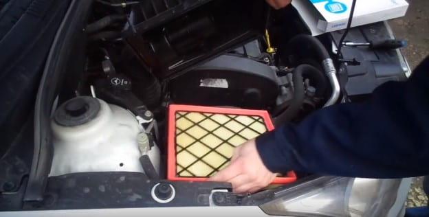 устанавливаем новый воздушный фильтр
